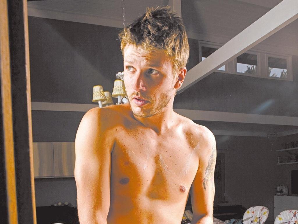 O ator Rodrigo Hilbert posa fazendo pão para ensaio da revista TPM