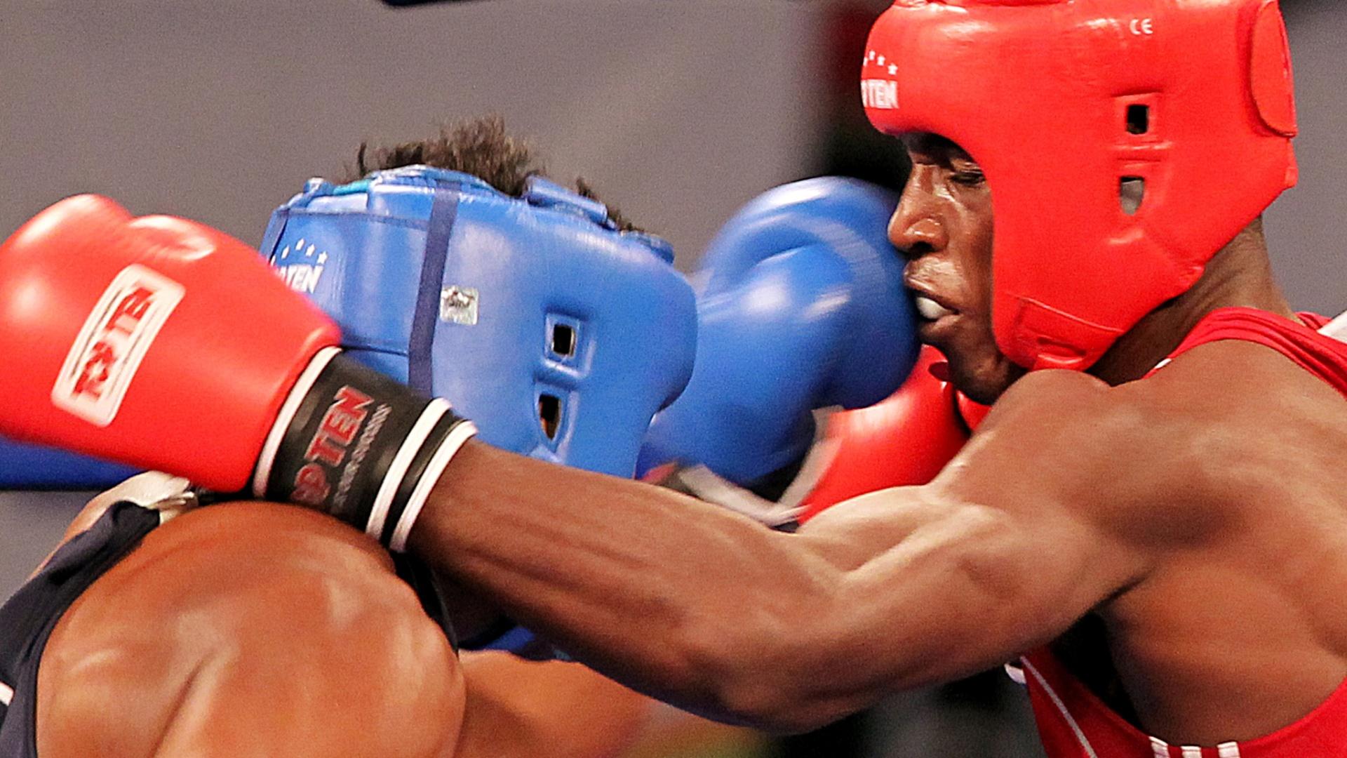 Yamaguchi Falcão, de azul, tenta golpe em Julio Cesar La Cruz, de Cuba; brasileiro perdeu e ficou com a prata