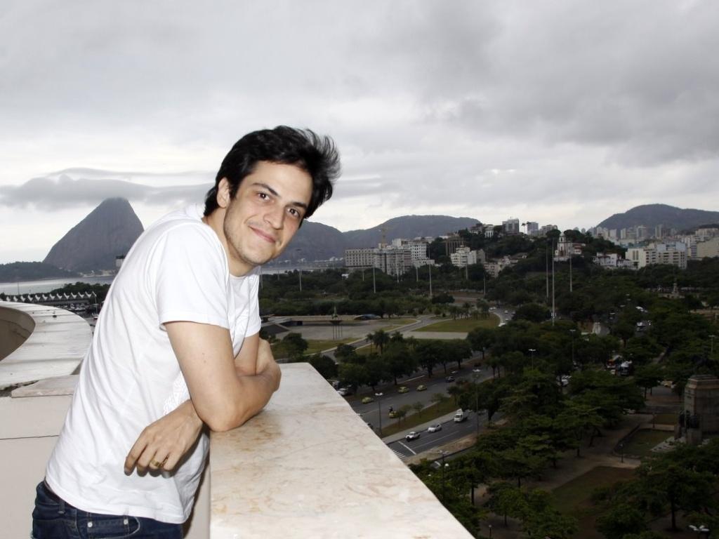 Ator Mateus Solano posa para foto em entrevista coletiva sobre o filme