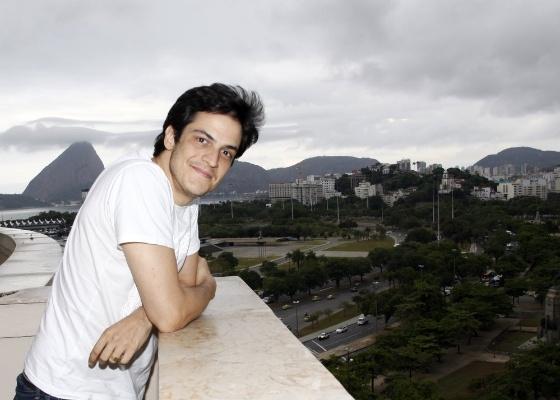 """Ator Mateus Solano posa para foto em entrevista coletiva sobre o filme """"A Novela das 8"""", de Odilon Rocha (16/3/12)"""
