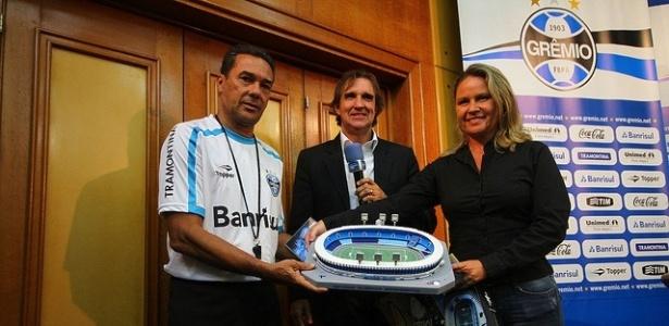 Luxemburgo recebe réplica do Olímpico e vira garoto-propaganda (16/03/2012)