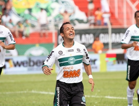 Meia Rafinha, do Coritiba, comemora gol pelo Paranaense de 2012