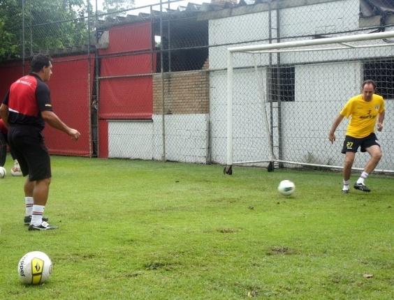 O goleiro Rogério Ceni faz treino com bola no CT são-paulino