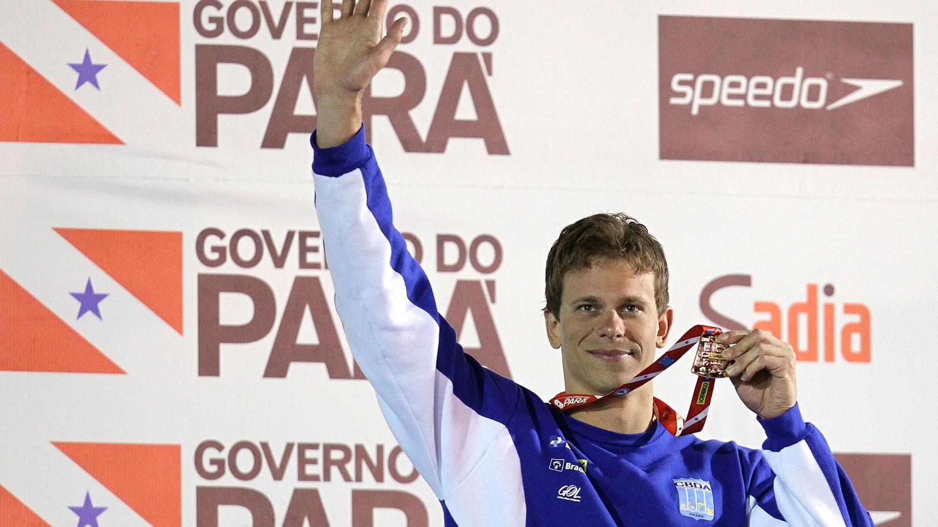 Cesar Cielo recebe a medalha de ouro pela vitória nos 100m livre do Sul-Americano de Esportes Aquáticos