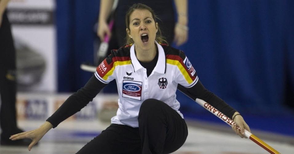 A alemã Melanie Robillard enfrenta a seleção da Escócia pelo Mundial de curling