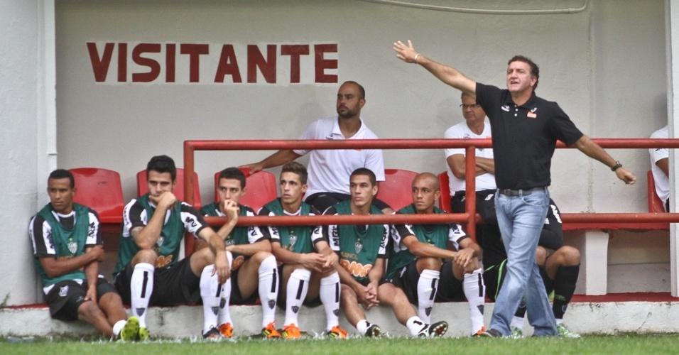 Cuca orienta o time na vitória do Atlético-MG sobre o Villa Nova (12/3/2012)