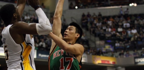 Jeremy Lin, do Knicks, tenta superar a marcação de Roy Hibbert, do Indiana Pacers (17/03/2012)