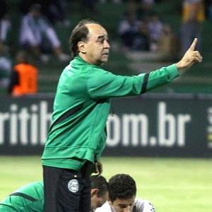 Técnico Marcelo Oliveira orienta time do Coritiba no jogo com Paranavaí (18/03/2012)