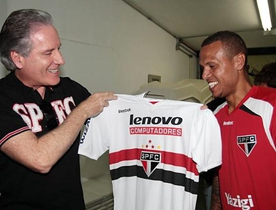 Após vitória sobre o Santos, Luis Fabiano presenteou Roberto Justus com sua camisa