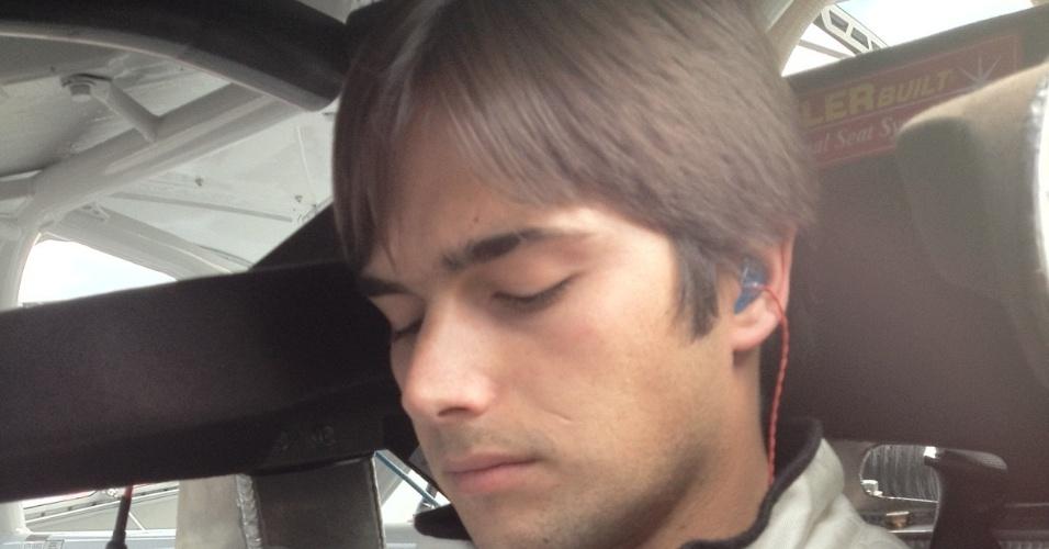De dentro do carro, Nelsinho Piquet usa o Twitter na tarde da corrida que venceu em Bristol
