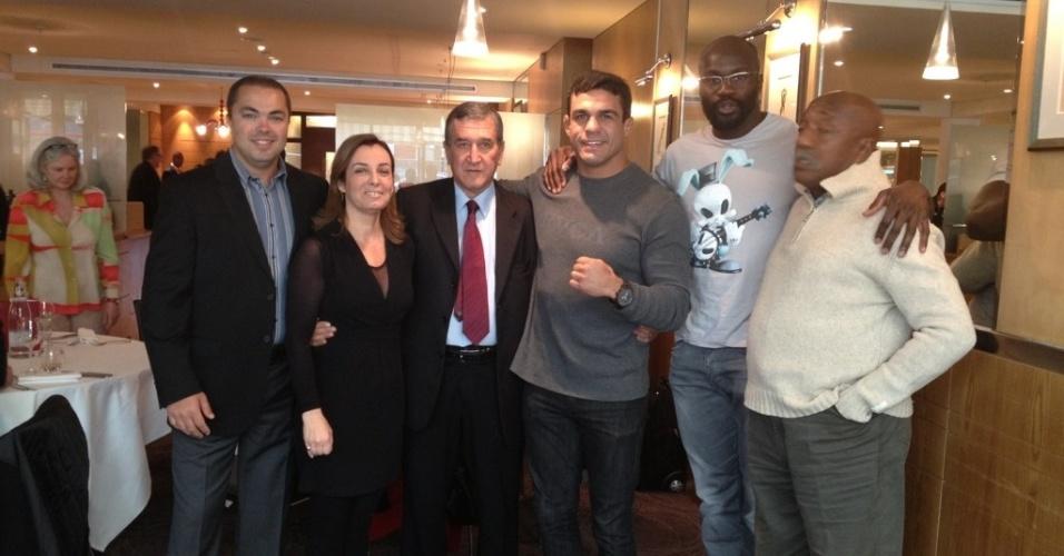 Vitor Belfort posa com o técnico Parreira e o lutador Cheick Kongo na França