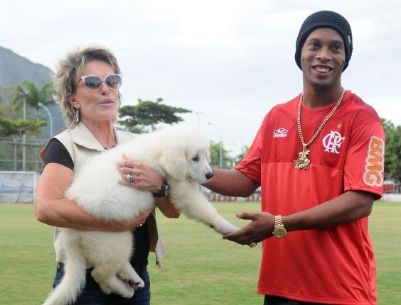 http://imguol.com/2012/03/20/apresentadora-ana-maria-braga-presenteia-ronaldinho-gaucho-com-um-cachorro-na-vespera-do-aniversario-de-32-anos-do-astro-20032012-1332278433087_564x430.jpg