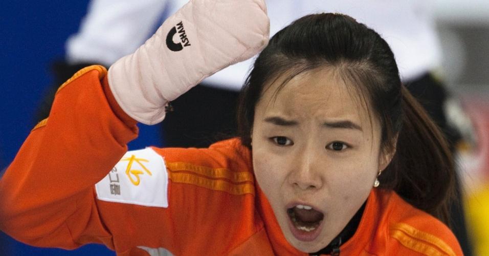 Atleta da Coreia do Sul reage após soltar o disco no confronto contra os Estados Unidos