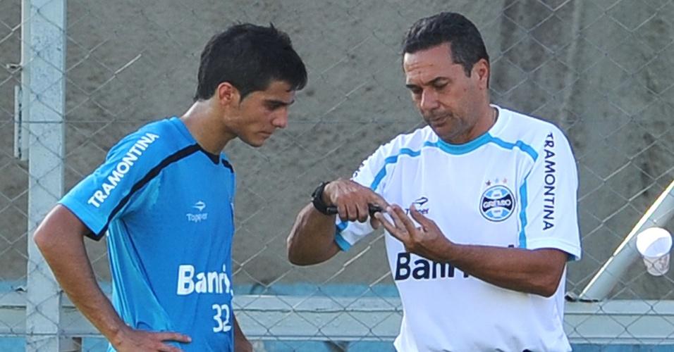 Bertoglio recebe orientações de Luxemburgo em treino do Grêmio