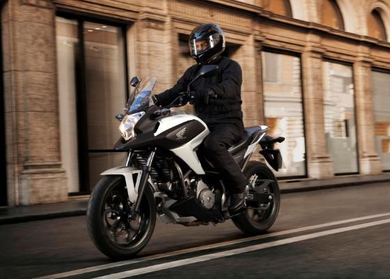 Moto de 670 cm³ deve chegar ao Brasil como uma opção mais acessível do que a Transalp