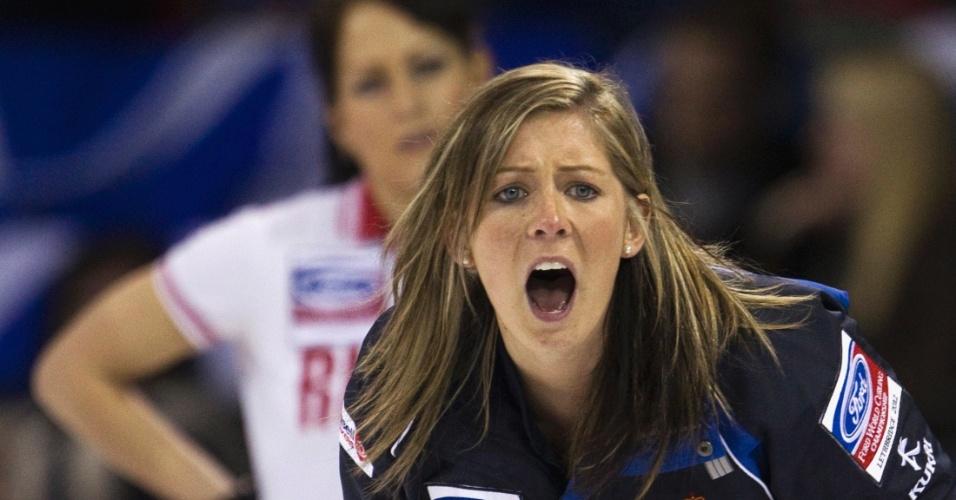 Jogadora da Escócia grita com companheiras de equipe durante partida contra a Rússia