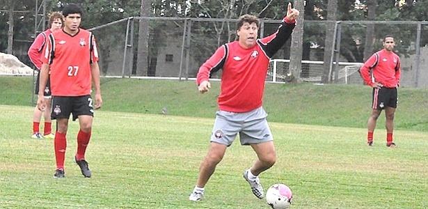 Juan Carrasco orienta jogadores do Atlético-PR, em treino no CT do Caju (20/03/2012)