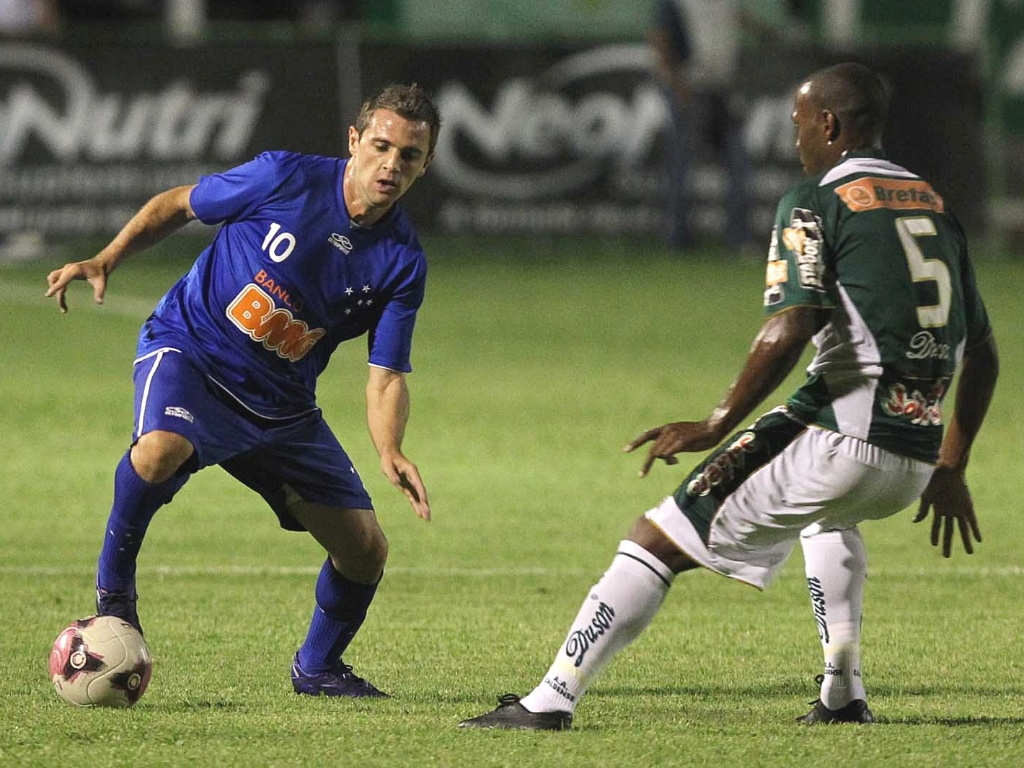 Montillo durante a goleada do Cruzeiro sobre a Caldense por 5 a 0 em Poo de Caldas (18/3/2012)