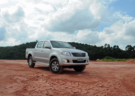 Hilux flex é arma da Toyota para trilhar árduo caminho que a separa da S10 bicombustível