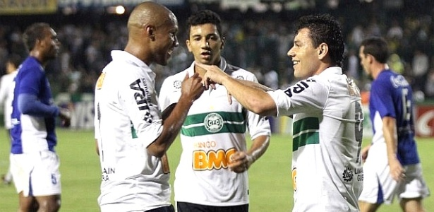 Anderson Aquino (dir.) comemora gol do Coritiba contra o Nacional-AM (22/03/2011)