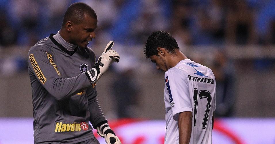 Jefferson, do Botafogo, cobra Léo Rocha após defender cobrança na decisão por pênaltis contra o Treze (22/03/2012)