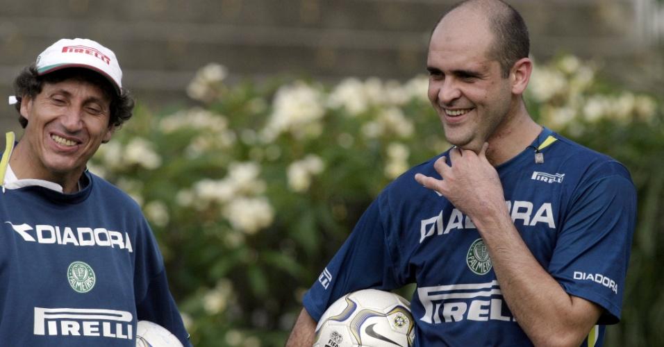 Preparador de goleiros, Carlos Pracidelli e Marcos sorriem durante treinamento na Academia de Futebol (2004)