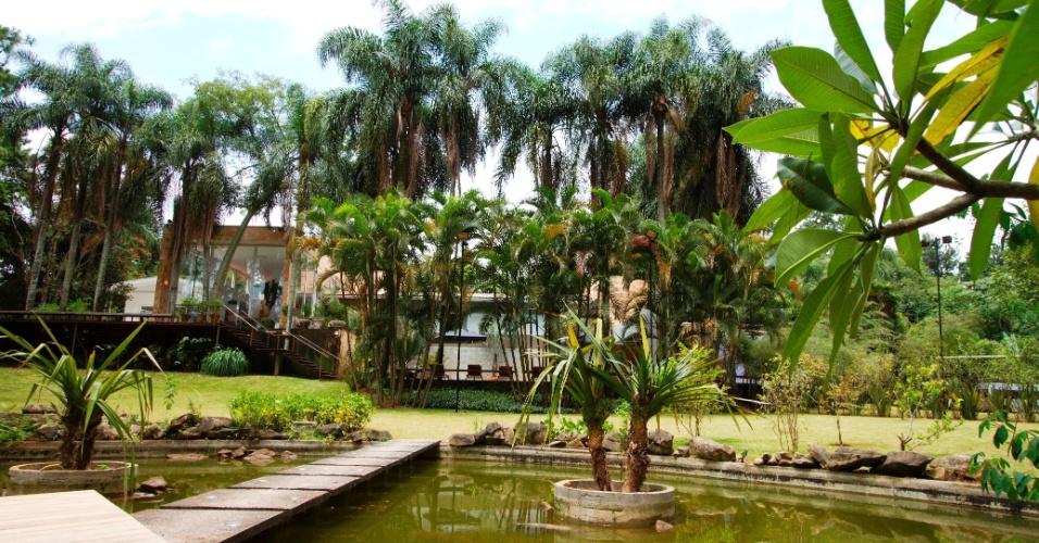 Casa dos lutadores tem diversas opções de lazer, com direito a ofurô, pebolim e até um lago