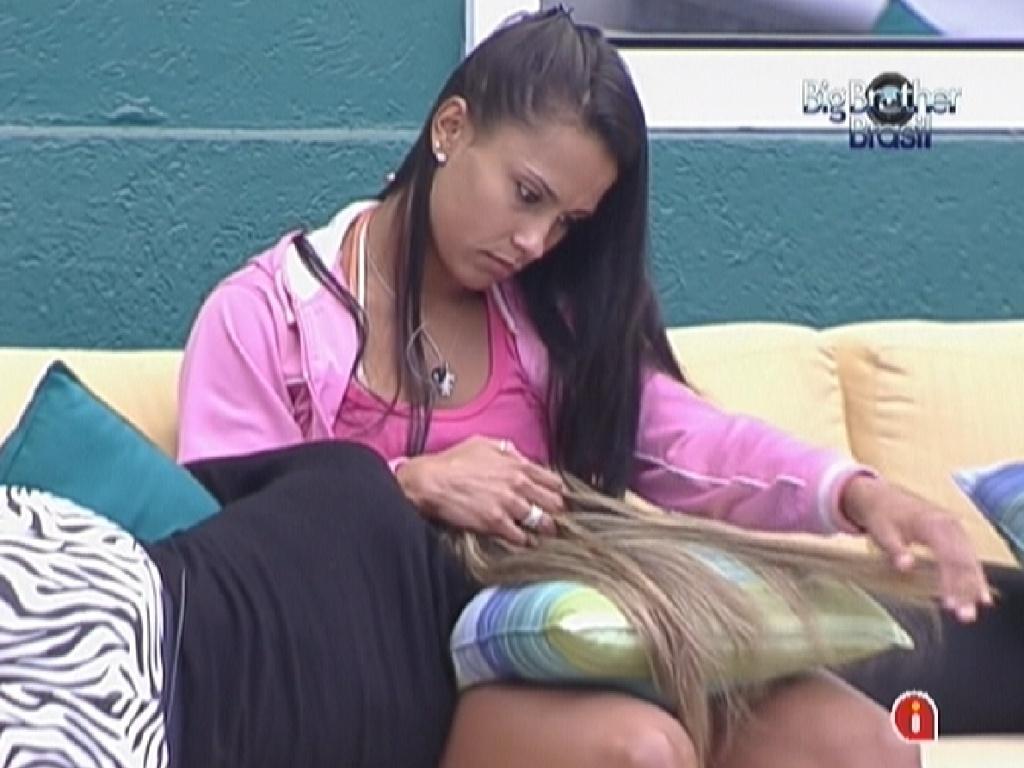 Fabiana choro no colo de Kelly e é consolada pela sister (23/3/12)