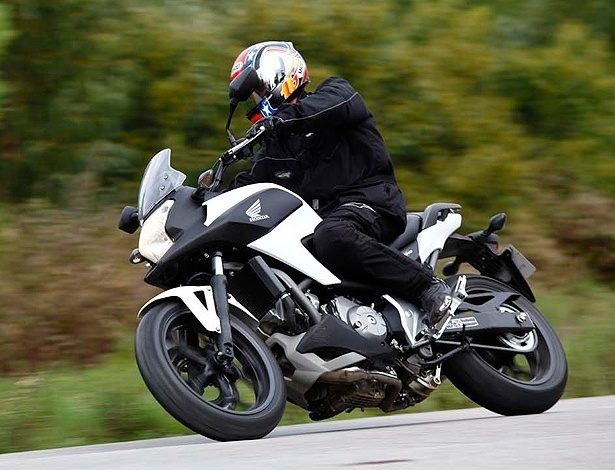 """Honda NC700 X é um dos três produtos da mesma plataforma da marca japonesa: ela é a """"aventureira"""", enquanto a S tem pegada mais estradeira; o preço no Brasil ficaria entre R$ 22 mil e R$ 24 mil, menos que o scooter Integra, com o mesmo motor bicilíndrico de 700 cc"""