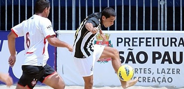 Jogador do Santos durante disputa do Brasileiro de futebol de areia