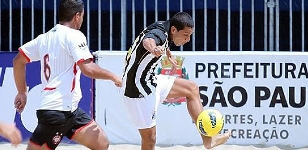 Jogador do Santos durante disputa do Brasileiro de futebol de areia
