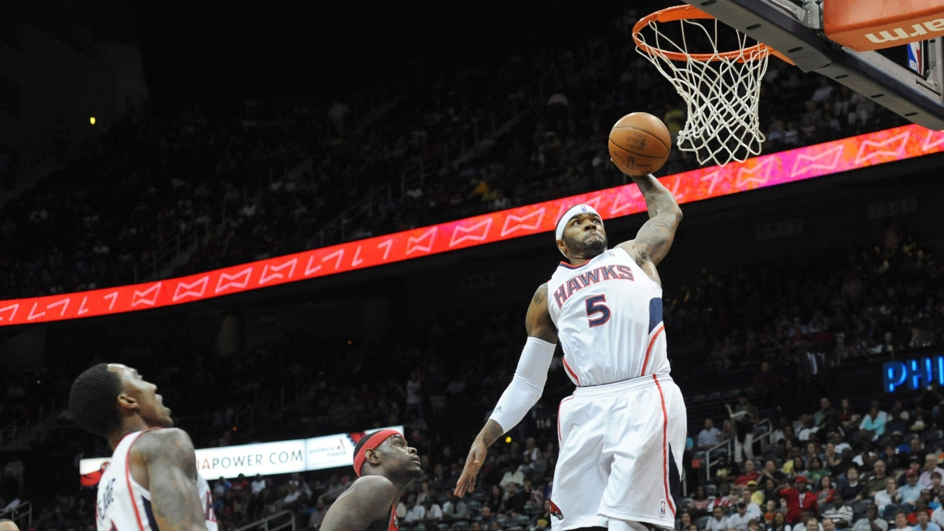 Josh Smith, do Atlanta Hawks, sobe para enterrar durante a partida contra o New Jersey Nets