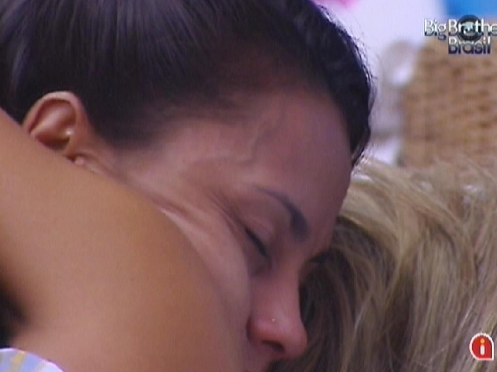 Kelly e Fabiana se abraçam após conversa (23/3/12)