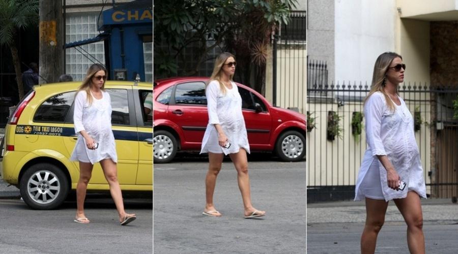 Luana Piovani caminha por rua do Leblon, zona sul do Rio (22/3/2012)