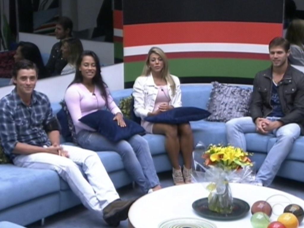 O apresentador Pedro Bial faz o primeiro contato com os brothers (23/3/12)