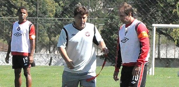 Técnico Juan Carrasco orienta Paulo Baier, em treino do Atlético-PR (23/03/2012)