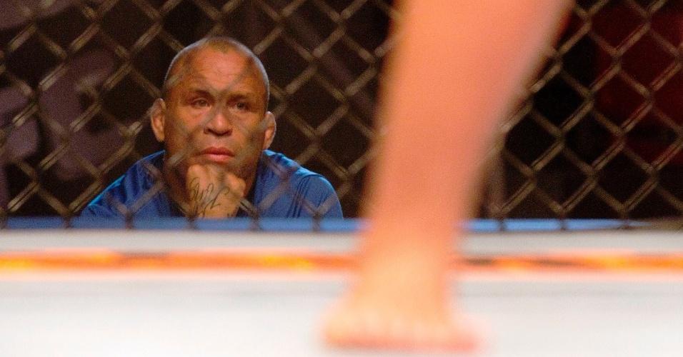 Wanderlei Silva observa luta durante gravação do The Ultimate Fighter Brasil, a primeira edição do reality show do UFC fora dos Estados Unidos
