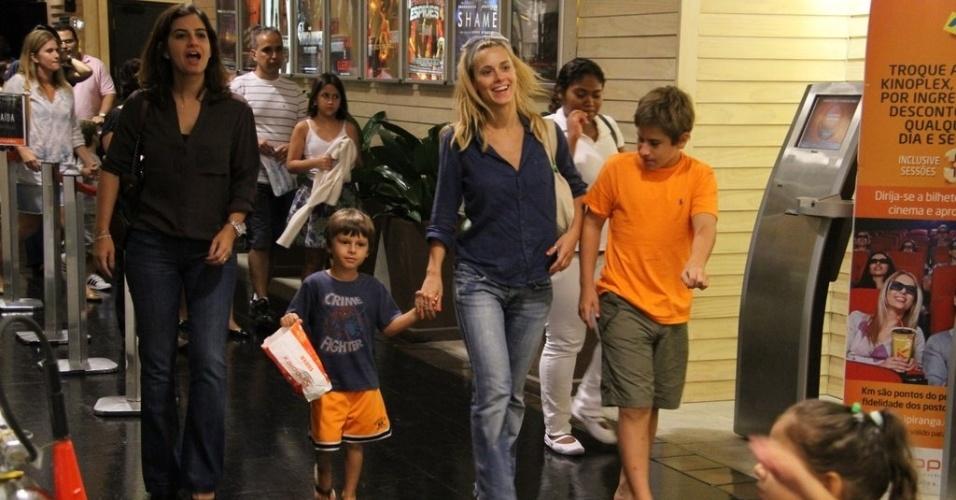 Carolina Dieckman com os filhos José e Davi passeiam no shopping no Rio de Janeiro. (24/3/2012)