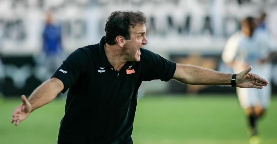 Cuca gesticula com jogadores durante a vitória do Atlético-MG sobre Democrata-GV (24/3/2012)