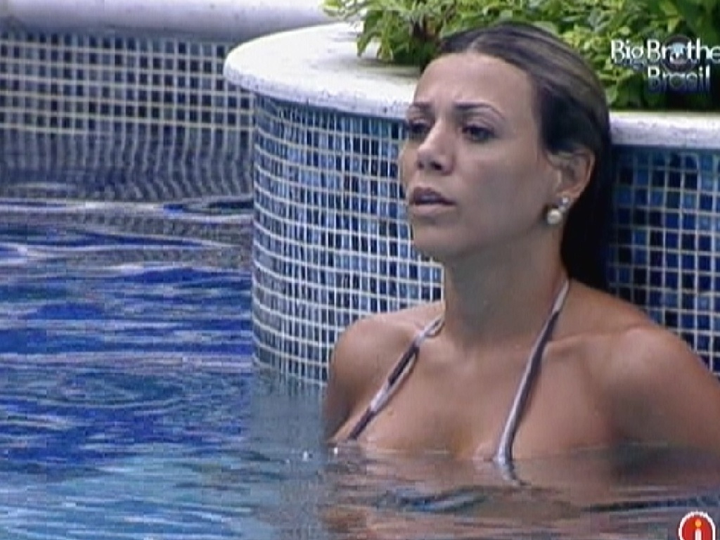Fabiana aproveita piscina sozinha (24/3/12)
