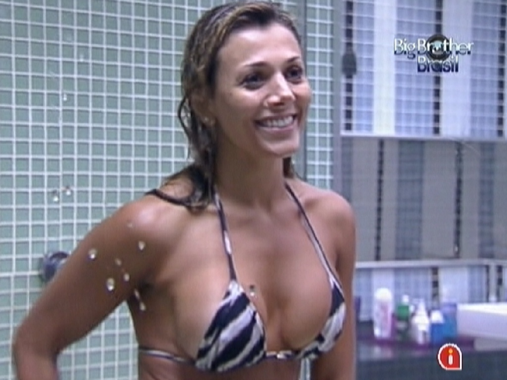 Fabiana d risada enquanto Fael procura seu chapu escondido por ela (24/3/12)