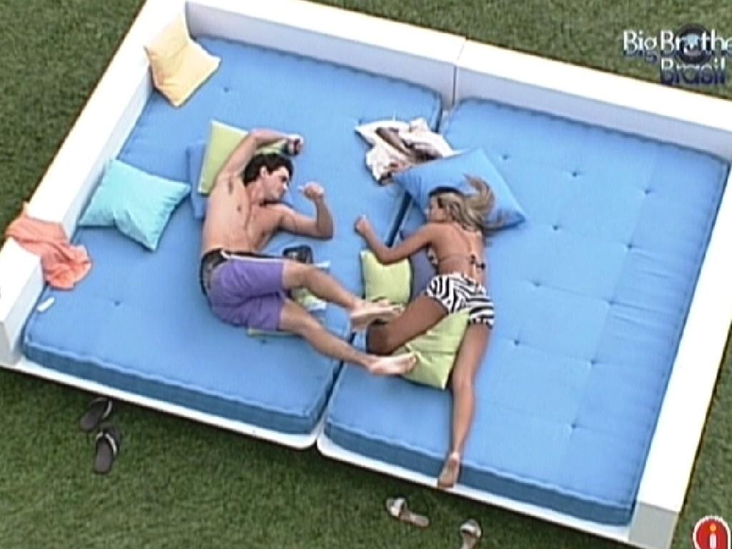 Fael e Fabiana trocam carinhos na área externa (24/3/12)