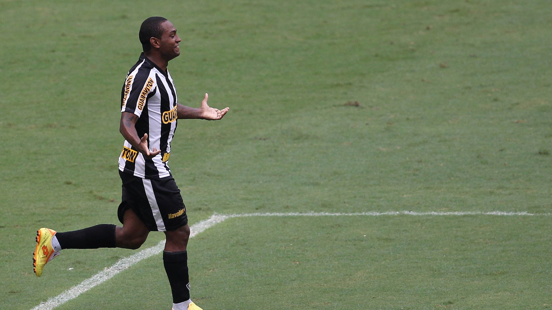 Jobson comemora gol pelo Botafogo no Engenho