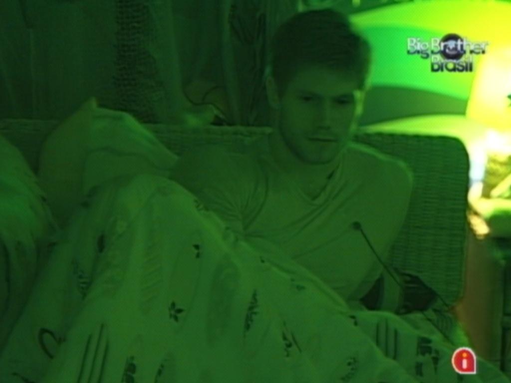 Jonas dá boa noite a Fael, seu companheiro de quarto Praia (23/2/12)