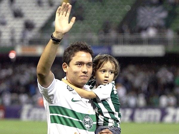 Keirrison cumprimente torcida do Coritiba, em sua volta ao clube (22/03/2012)