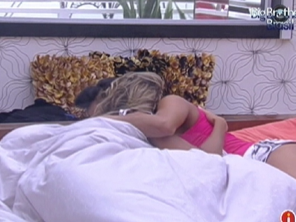 Kelly abraça Fabiana no quarto do líder (24/3/12)
