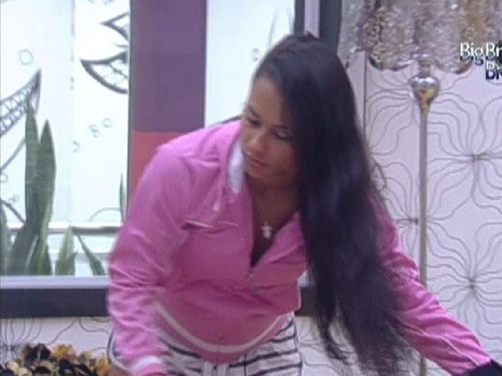 Kelly arruma a cama no quarto do líder (24/3/12)