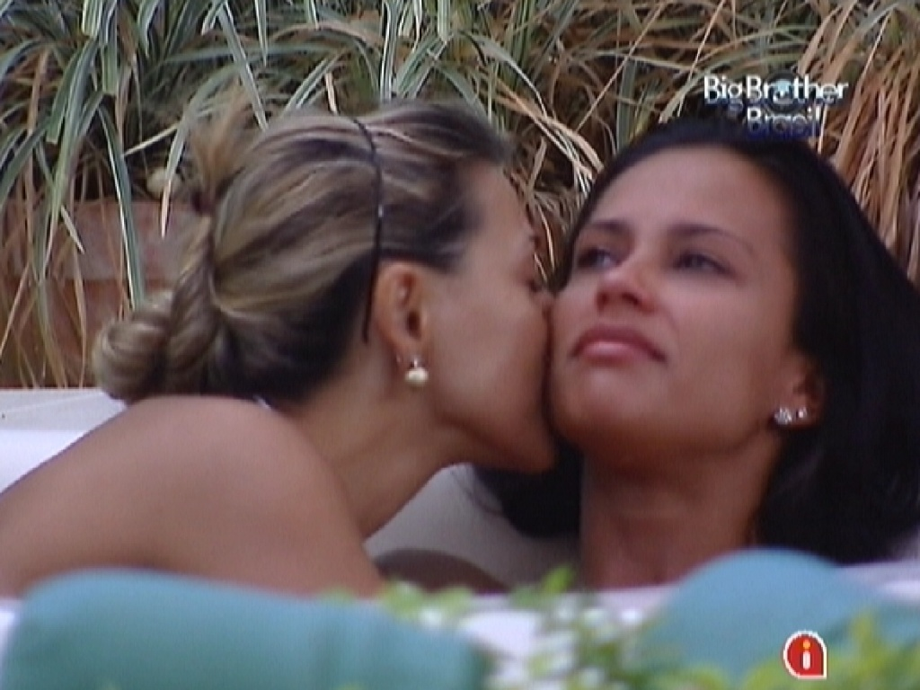 Kelly (dir.) chora de saudades da me e  consolada por Fabiana (esq.) (24/3/12)