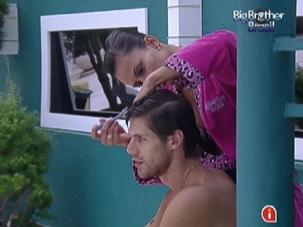 Kelly usa lâmina de barbear para cortar cabelo de Jonas (24/3/12)