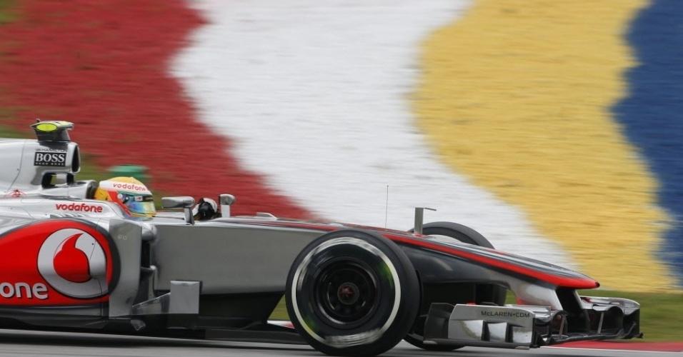 Lewis Hamilton acelera no último treino livre antes da classificação para o GP da Malásia